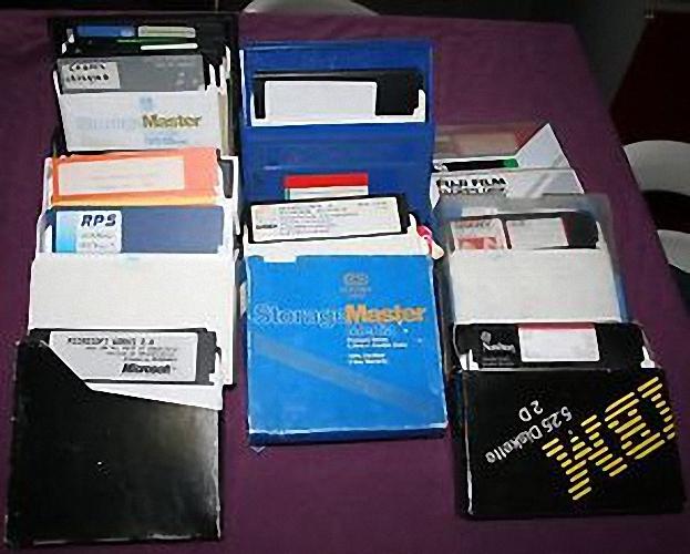 """[vendu] GROS LOT DE 110 disquettes 5"""" 1/4 (5.25"""") POUR PC APPLE C64 DOS JEUX 50€ _3510"""