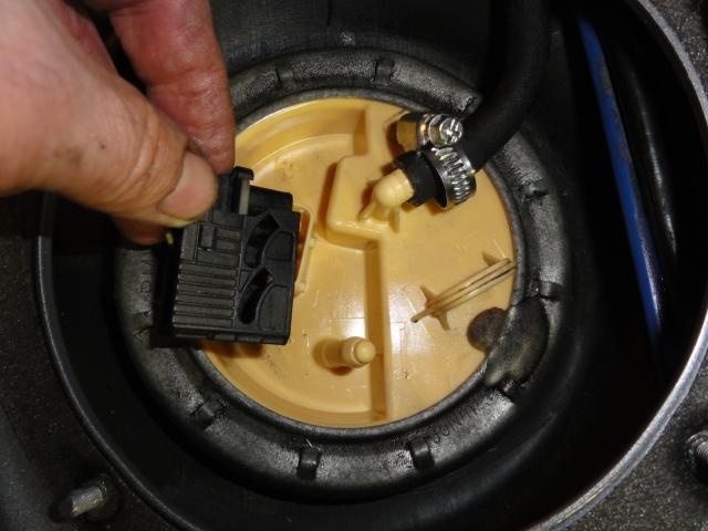 [ bmw 330 d E46 M57 an 2003 ]changement pompe de gavage Dsc02421