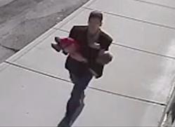 Tenta di rapire un neonato ma i fratellini lo insegueono Immagi16
