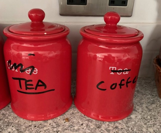 Mum put tea and coffee into wrong jars so this is how she fixed the problem 82452810