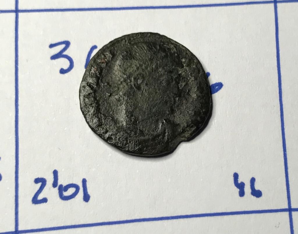 AE3 de Constantino I. GLOR-IA EXERC-ITVS. Dos estandartes entre dos soldados. Cyzicus. Img_8810