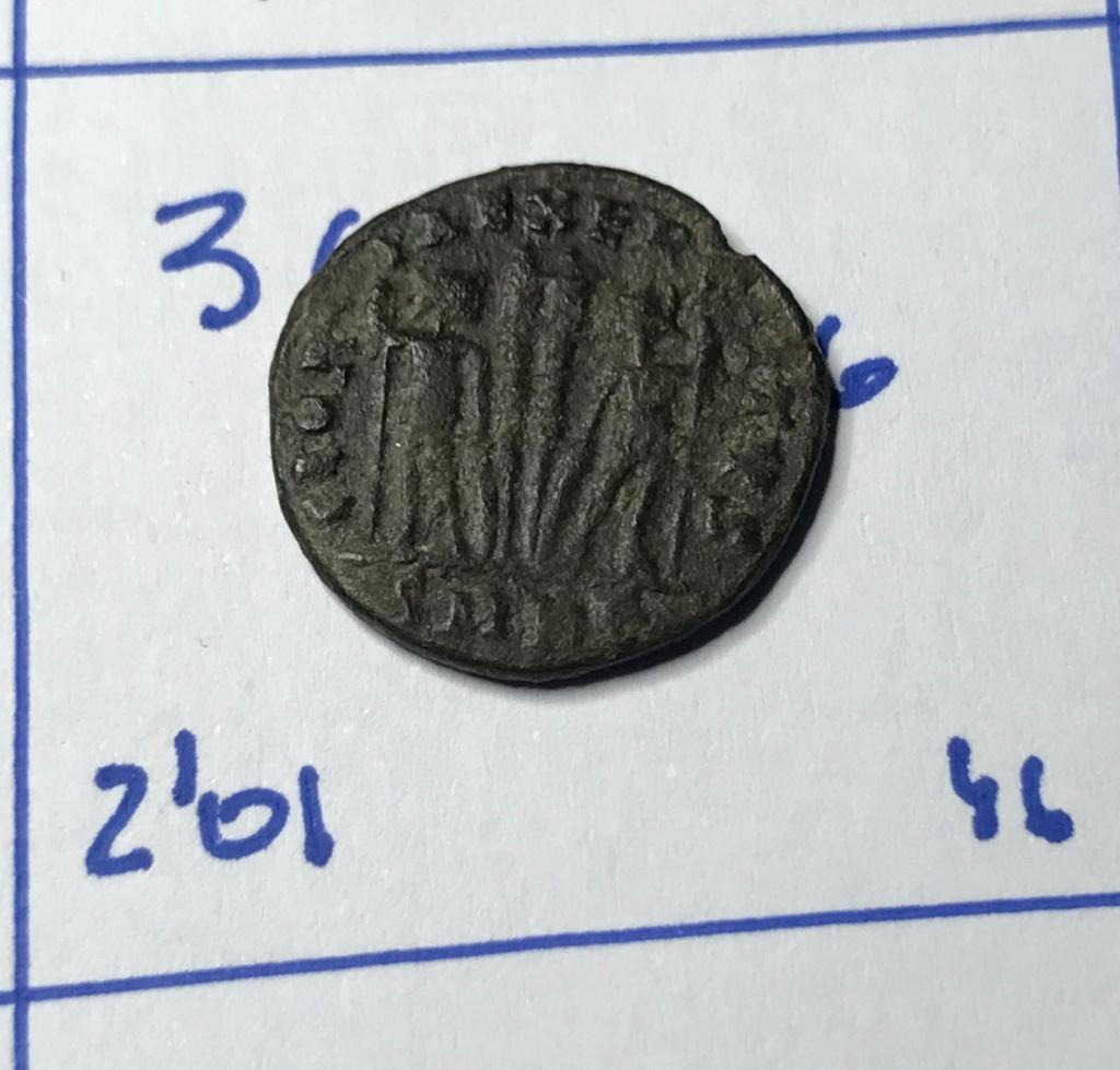 AE3 de Constantino I. GLOR-IA EXERC-ITVS. Dos estandartes entre dos soldados. Cyzicus. Img_8811