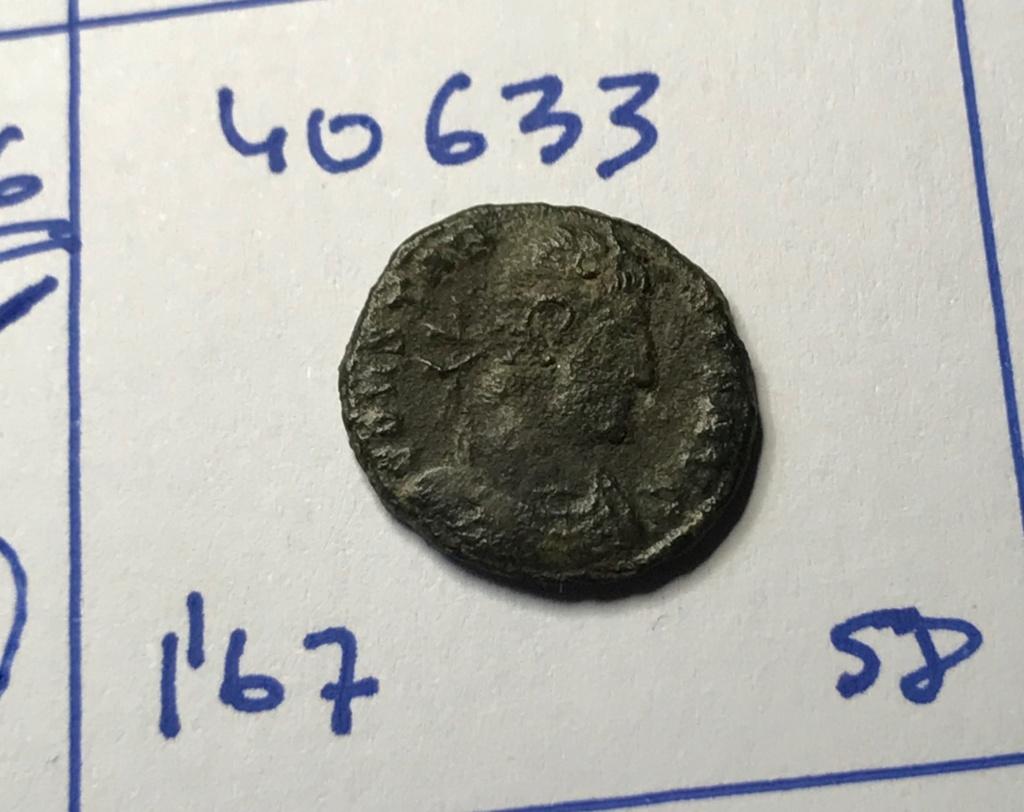 AE4 de Constante I. VICTORIAE DD AVGG Q NN. Dos Victorias estantes enfrentadas. Siscia. Img_8820