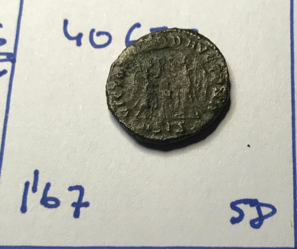 AE4 de Constante I. VICTORIAE DD AVGG Q NN. Dos Victorias estantes enfrentadas. Siscia. Img_8821