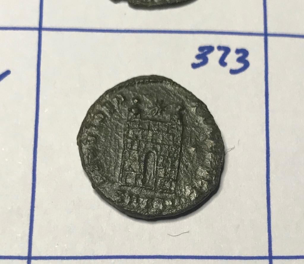 AE3 de Constantino I. PROVIDEN-TIAE AVGG. Puerta de campamento de dos torres. Tesalónica. Img_8831