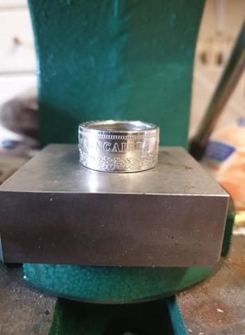 Présentation d'un de même anneaux coin ring à partir d'une pièce de 50 francs hercule 1fa9fb10