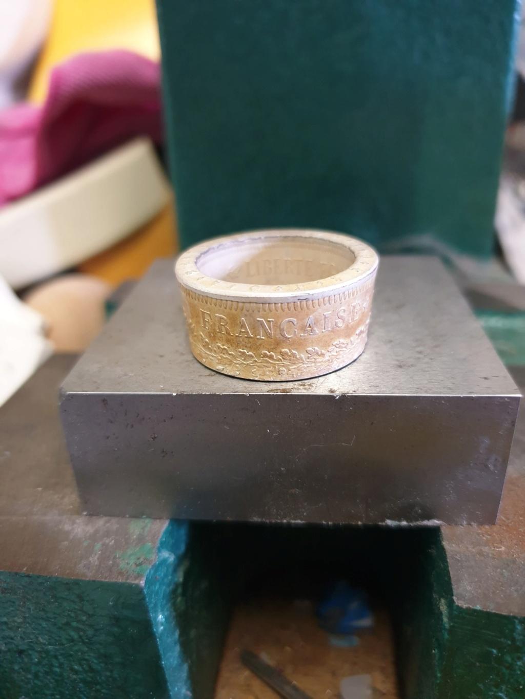 Présentation d'un de même anneaux coin ring à partir d'une pièce de 50 francs hercule 46c4e910