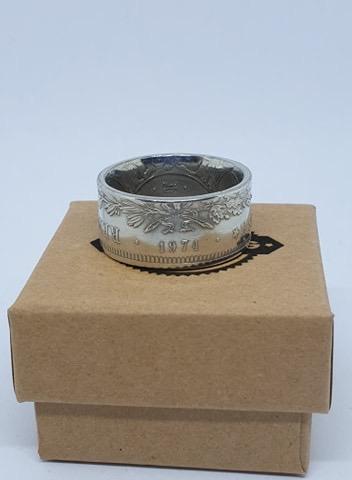 Présentation d'un de même anneaux coin ring à partir d'une pièce de 50 francs hercule E0a35810
