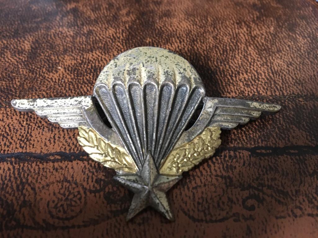 2 brevets de parachutiste et un sifflet Img_7318