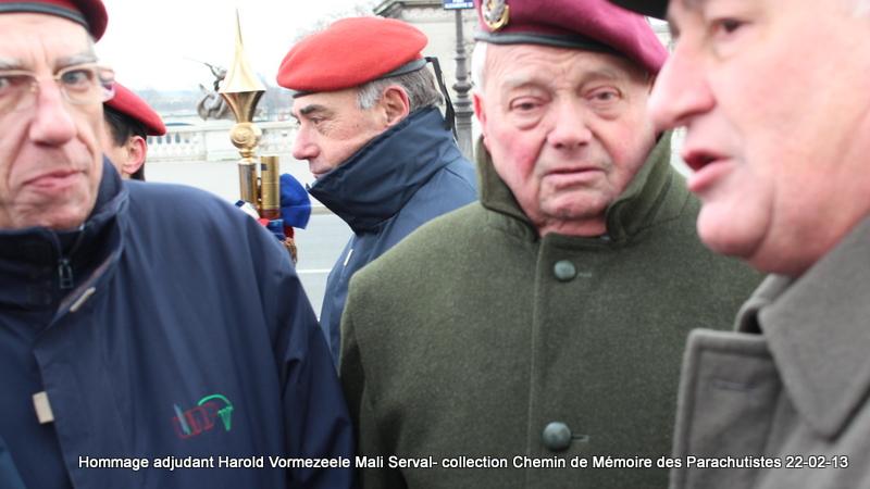 Sur le pont Alexandre III en Février 2013, il était déjà question de la succession à la tête de l'Union Nationale des Parachutistes du général ***** Cambournac. Img_6310