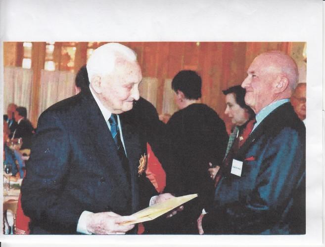 Remise au colonel Pierre LECOMTE du diplôme d'Honneur de l'Amicale d 14° RCP au Club des Chefs de section para au feu par Bernard Durieu du Pradel. Lecomt10