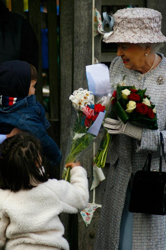 La reine Elizabeth II - Page 3 72053810