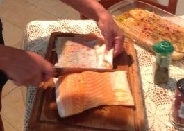 Saumon frais cru en carpaccio au citron vert et baies roses Foto-m10