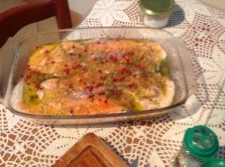 Saumon frais cru en carpaccio au citron vert et baies roses Foto-t11
