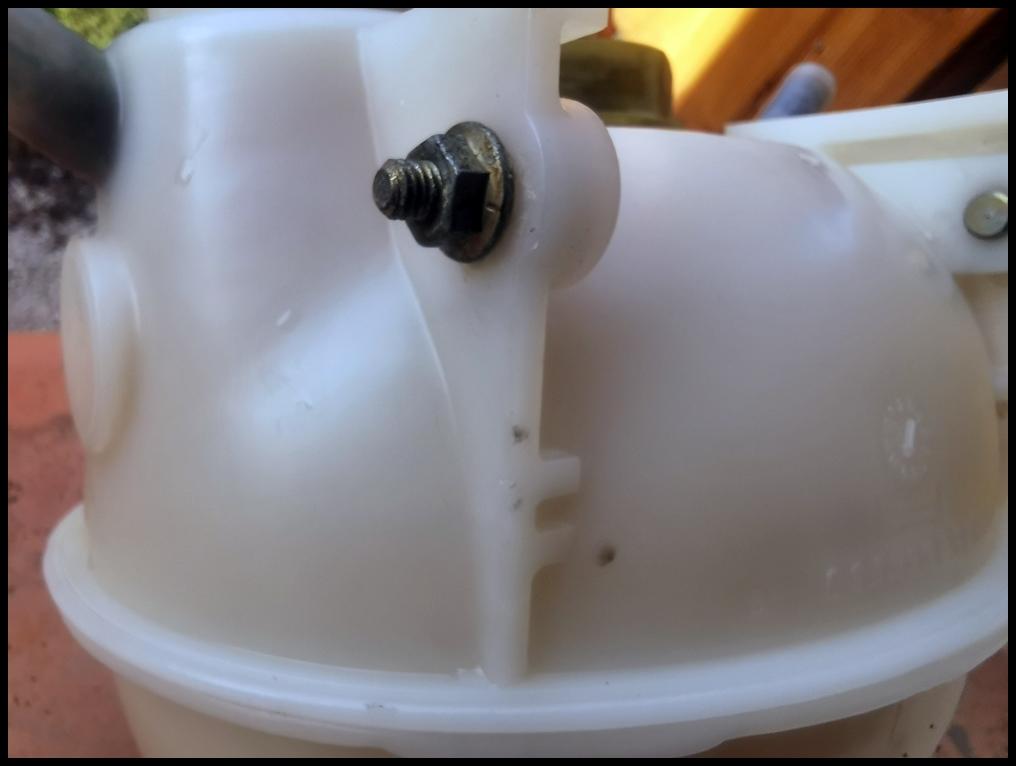 REFECTION DES PLASTIQUES BLANCS comme vase expansion Img_2043