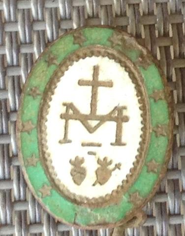 Broche ,monogramme de la Vierge Marie. mi à fin XXe siècle. Img_1226