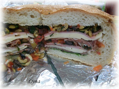 Muffuletta (pain farçi viandes froides et salade d'olives) Mufful11