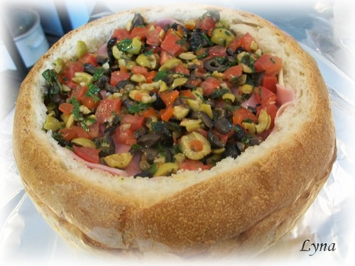 Muffuletta (pain farçi viandes froides et salade d'olives) Mufful14