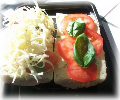 pain à l'ail gratiné avec tomates et basilic Pain_a10