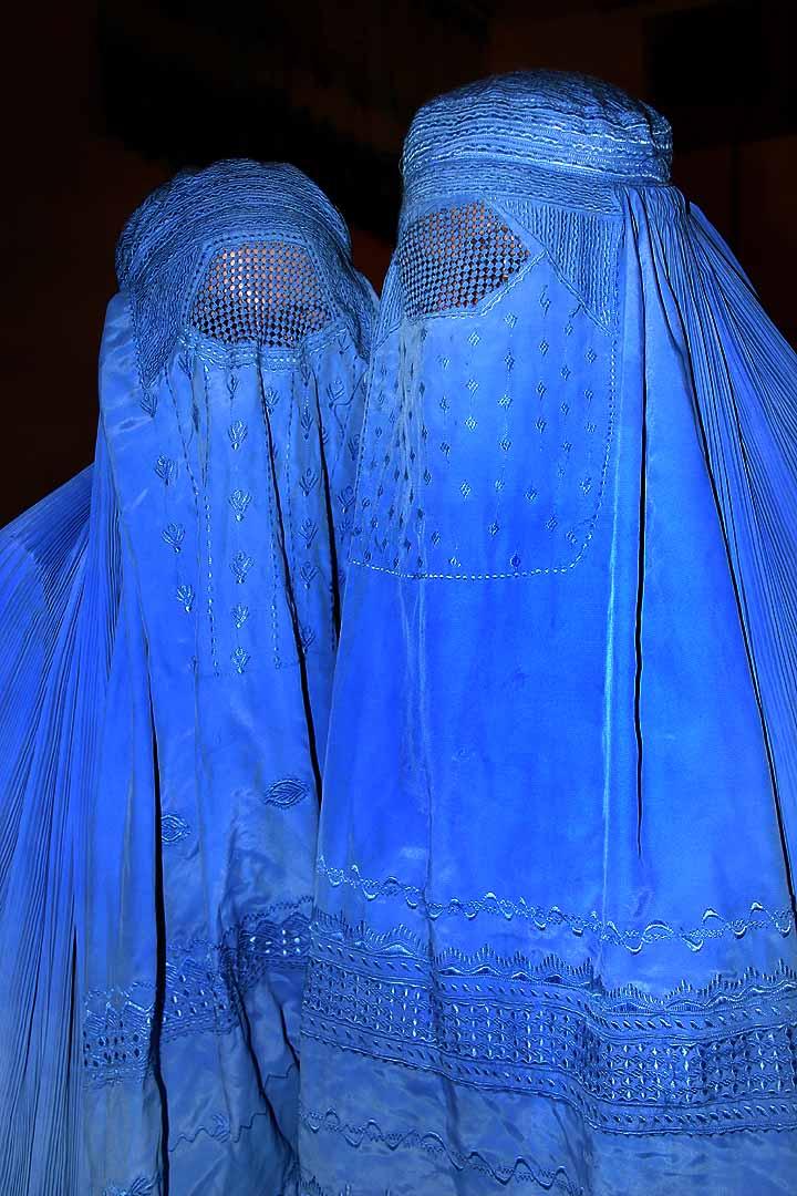 Le Porc Bel Laden menace - La gloire de Sarkozy - Page 2 Burqa_10