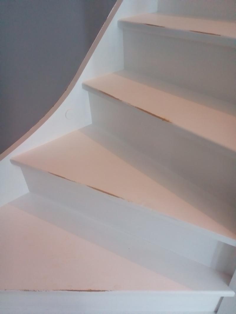peinture blanche dans les escaliers P_201412