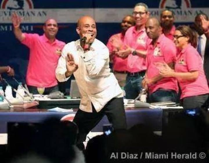 Martelly  montre boundal bay minis li yo nan yon rankont nan Miami Martel10
