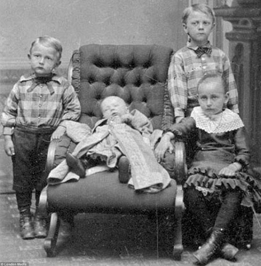 Modë e çuditshme e fotove post-mortem të shekullit XIX-të 210
