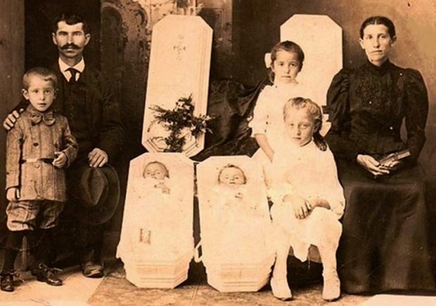 Modë e çuditshme e fotove post-mortem të shekullit XIX-të 510