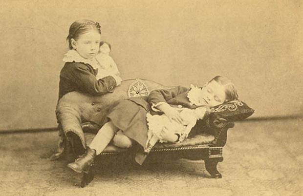 Modë e çuditshme e fotove post-mortem të shekullit XIX-të 710
