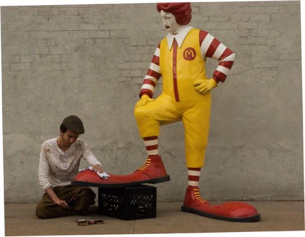STREET VIEW : les petits boulots, image de la précarité moderne Mcdona10