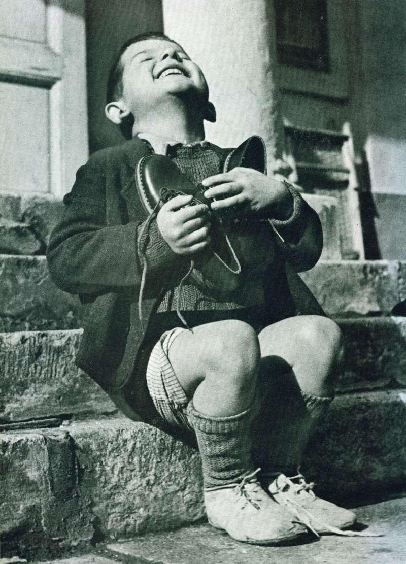 Enfant Autrichien avec sa nouvelle paire de chaussures  pendant le seconde guerre mondiale. Z27