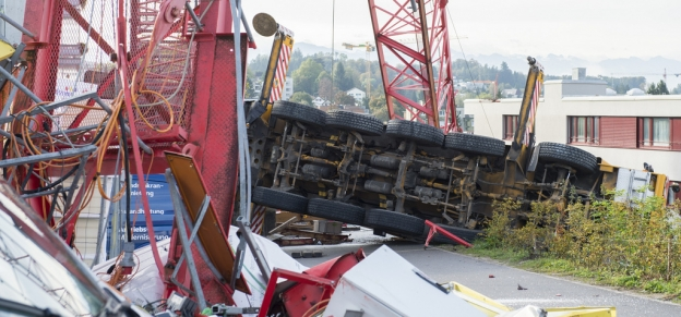 Deux grues s'effondrent sur un chantier près de Zurich, faisant quatre blessés 22687910