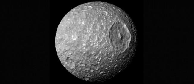 La lune Mimas pourrait cacher un océan... ou un noyau tout aplati !  Mimas-10