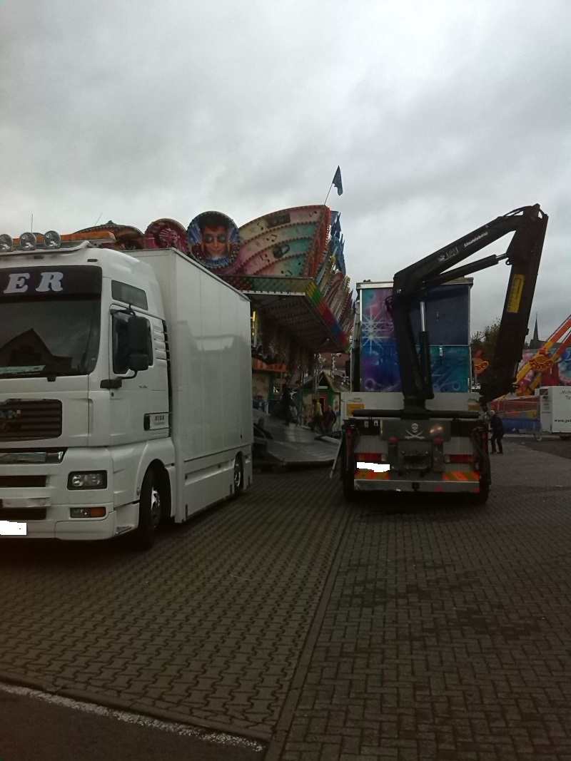 Kirmesfahrzeuge beim Aufbau Img_2019