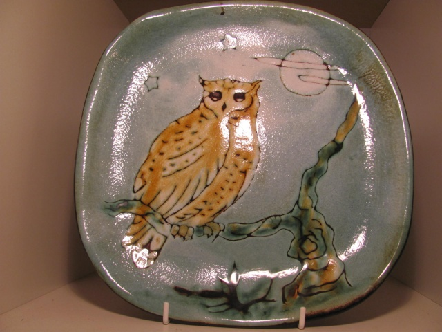 Owl plate - in the style of Nairn or Chelsea Pottery. Guernsey? Img_4530