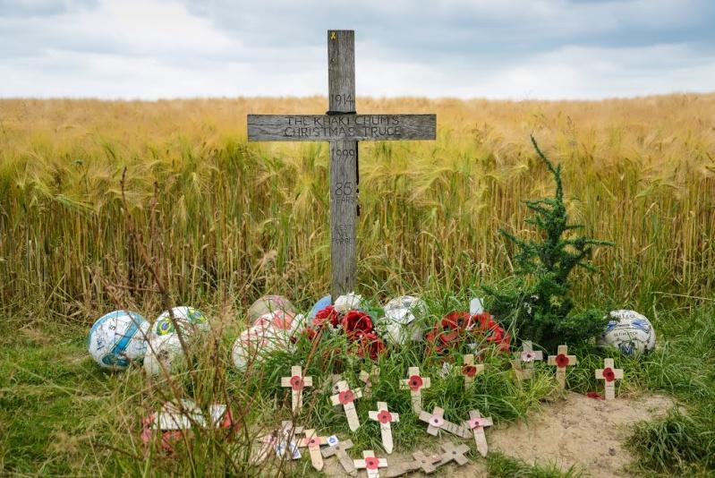 Inauguration par Michel Platini d'un monument en souvenir du match de la paix de Noël 1914 à Ploegsteert - Belgique 10866710