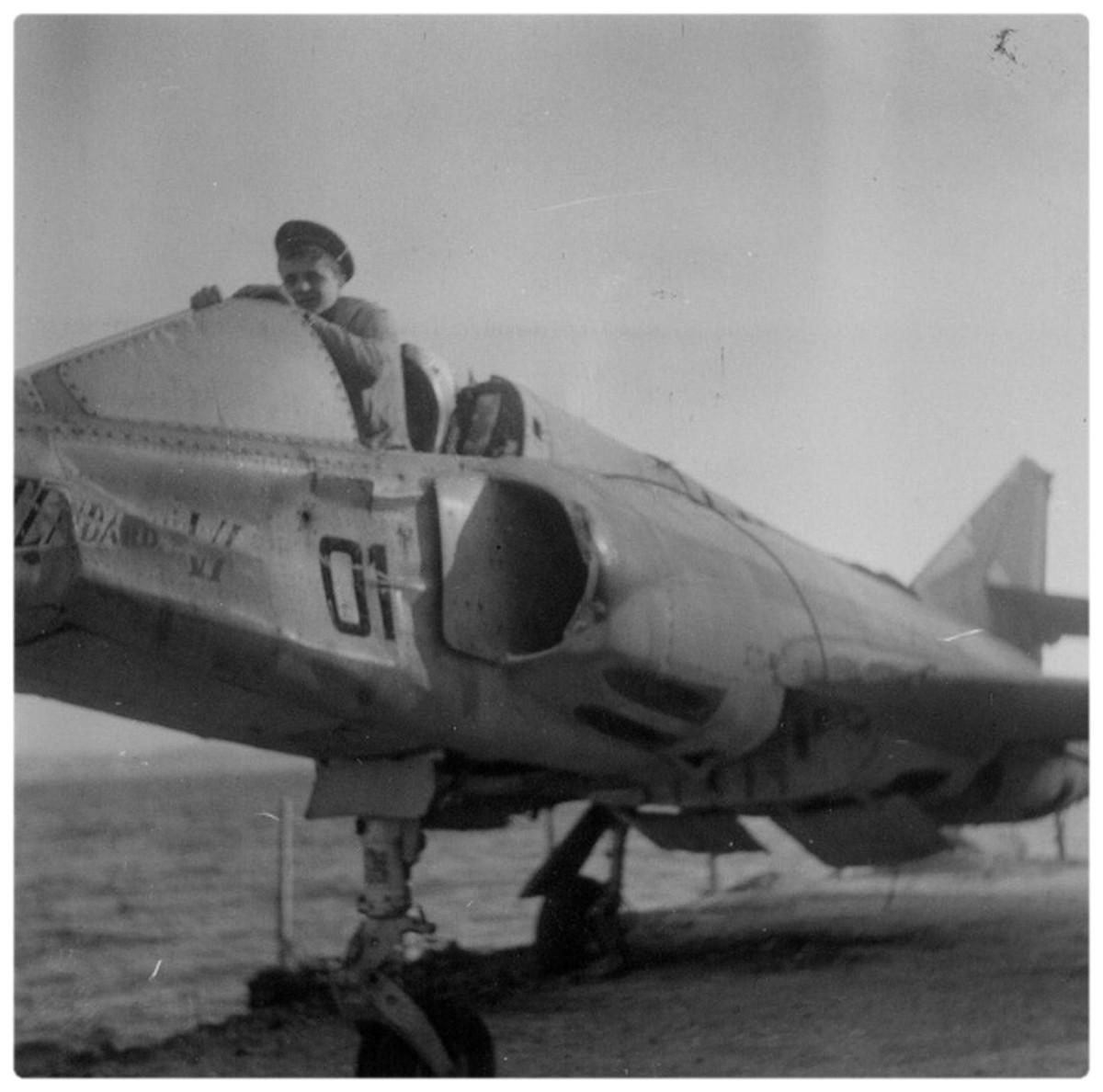 [Aéronavale divers] Un avion Anglais dans le bassin de l'Ecole de Plongée 2107