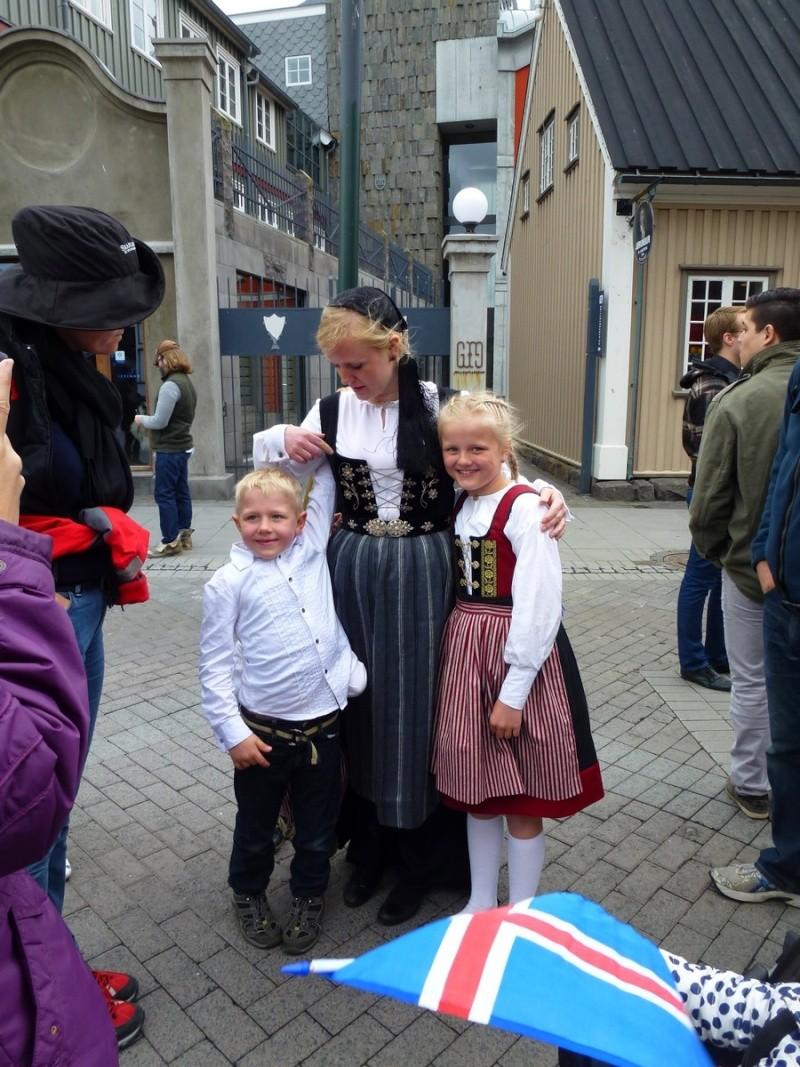 Islande, un jour, une photo - Page 7 Costum10