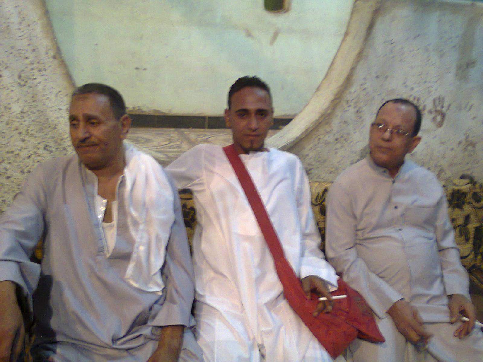 رجب الأسيوطى يهنئ  أولاد وعائلة عبد الناصر خميس بقرية الحمام أبنوب على زفاف أبنهم. Euoyo11