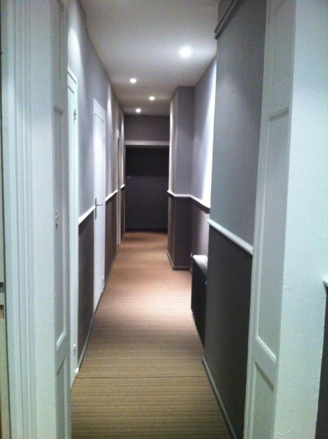Peinture d'un couloir étroit et assez long Deco210