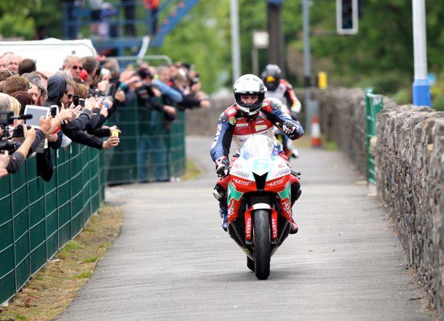 [Road Racing] TT 2014  - Page 4 B4446710