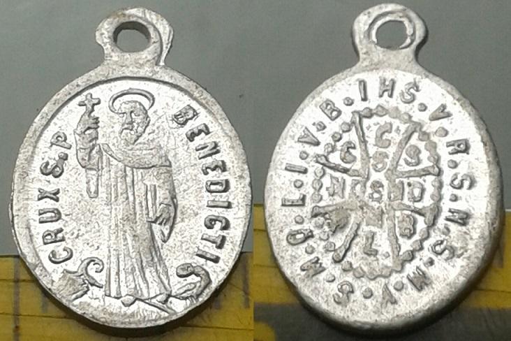 lot de médailles et objet de culte 20141011