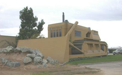 Bureaux en forme de bulldozzer à Turlock, Californie - Etats-Unis Cat110