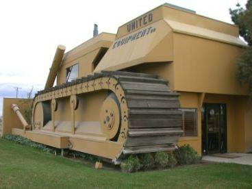 Bureaux en forme de bulldozzer à Turlock, Californie - Etats-Unis Cat210