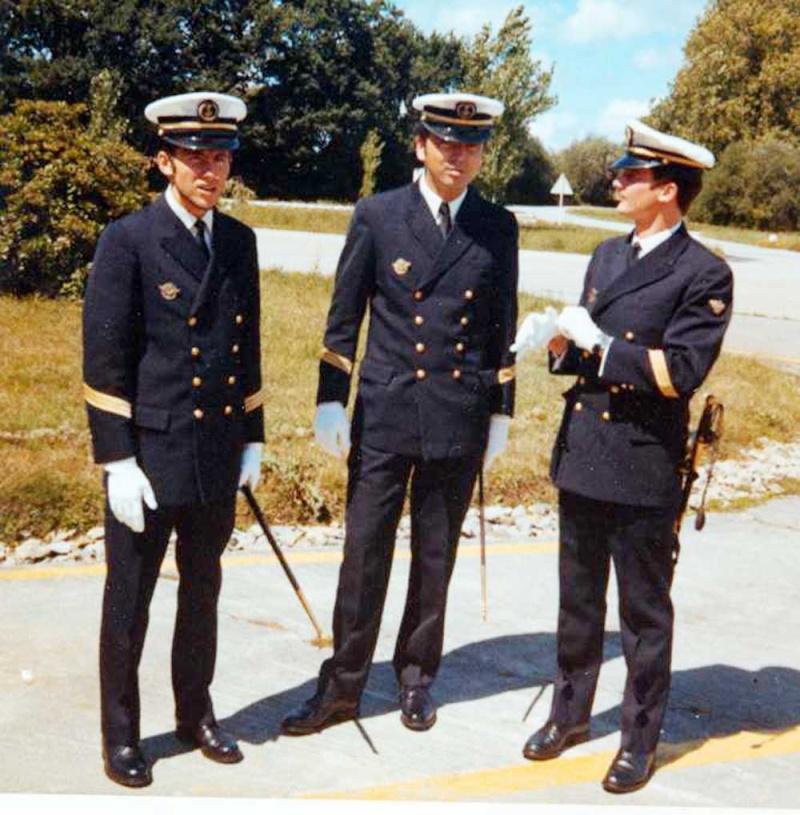 [Les traditions dans la Marine] Le port du sabre - Page 3 1971_110