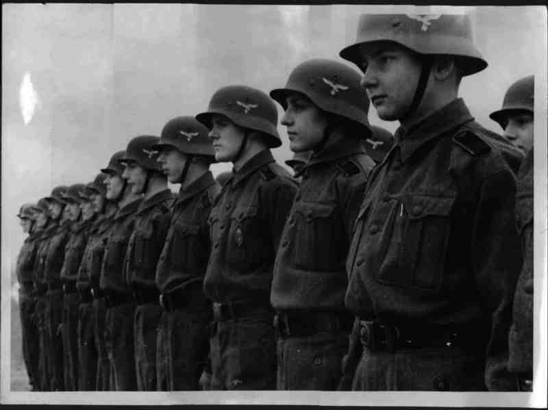 """HJ-LuftwaffenHelfer Stahlhelm"" (1942-1945) B1081510"