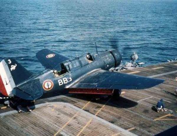 [ Blog visiteurs ] Recherche renseignements Curtiss SB2C5 codé BB.3 avec un éléphant volant sur le haut de dérive Curtis11