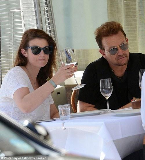 Curiosità: Bono invita al suo tavolo i paparazzi! Bono_c10
