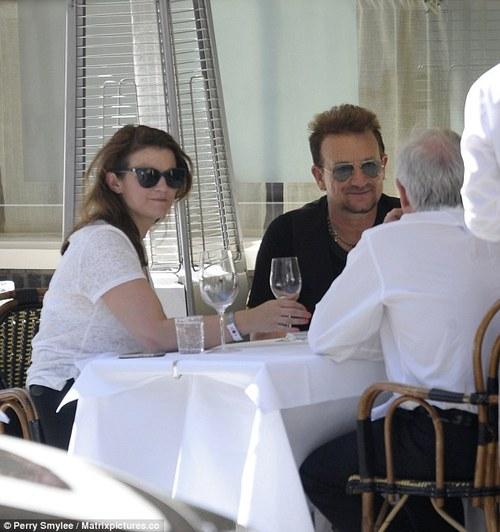 Curiosità: Bono invita al suo tavolo i paparazzi! Bono_c11