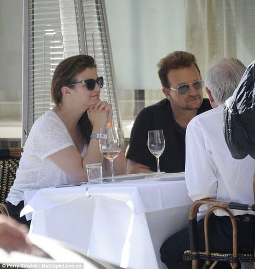 Curiosità: Bono invita al suo tavolo i paparazzi! Bono_c12